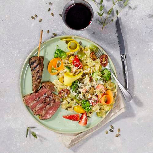 Boeuf braisé et salade de pâtes aux roulades de légumes et avocats/fraises