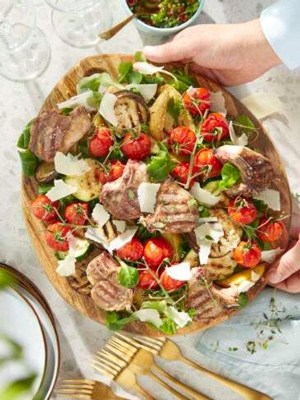 Côtes d'agneau sauce chimichurri, pommes de terre au four et légumes grillés