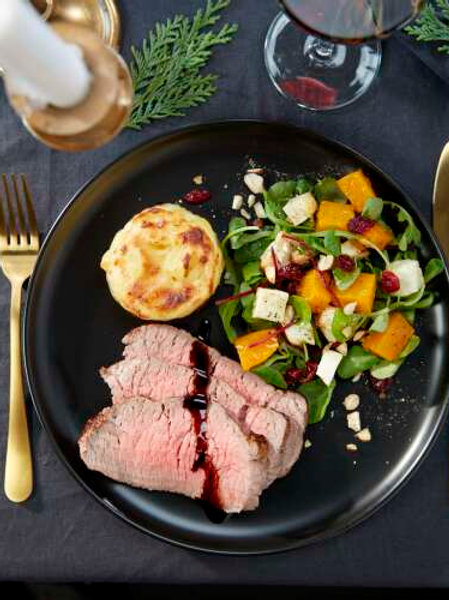 Rosbif au four, sauce à l'estragon, gratin dauphinois, tomate et carottes rôties