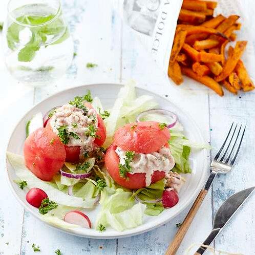 Tomates crevettes, salade aux fines herbes et frites de patates douces