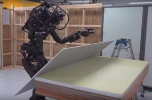 Inovação na construção civil: Robô montando uma parede