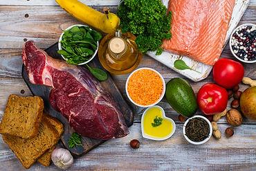 evenwichtige, gezonde voeding: vis, vlees, brood, groenten, vetstof, fruit, kruiden