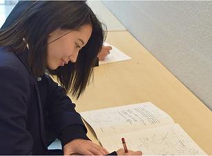 自習室で勉強している