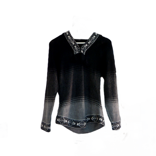 Jersey gris y negro con capucha