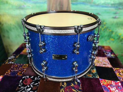 Snare Gretsch Blue Sparkle marching focus.jpg