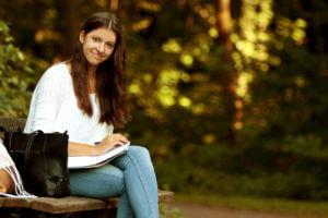 Studentin beim Lernen fr die Uni im herbstlichen Park