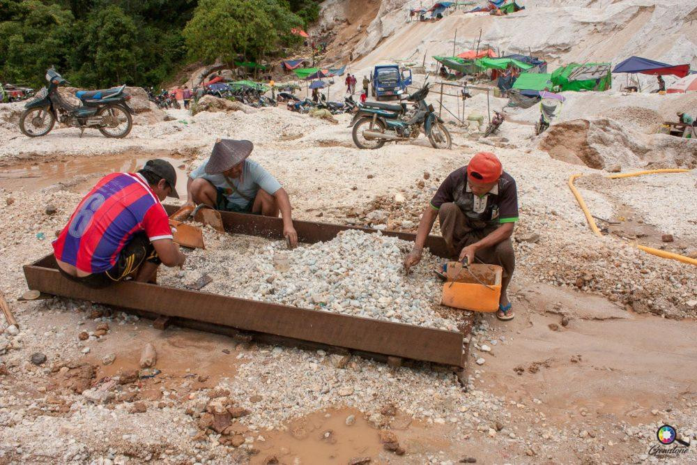 Miners working | www.gemstonedetective.com