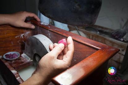 Cutting rough ruby in Chantaburi, Thaila