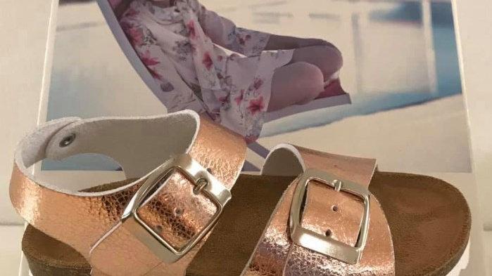 Goudroze sandalen