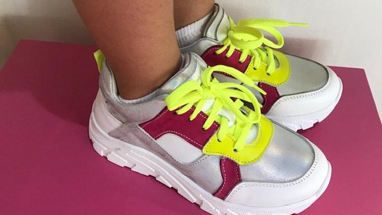 Wit-zilver sneaker met fuchsia en fluogeel