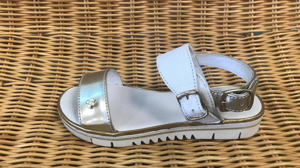 Goudkleurige sandaal in combinatie met wit