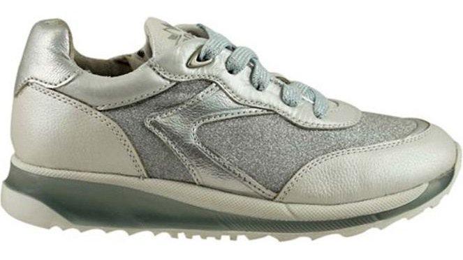 Zilverkleurige sneaker met lichtblauw veters en rits, dikkere zool