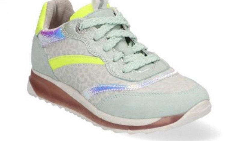 Muntkleurige sneaker met fluogele en zilverkleurige accenten, veters en rits