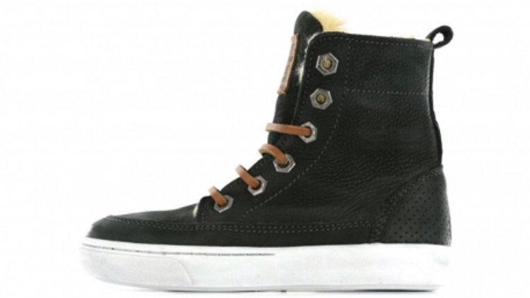 Hoge zwarte gevoerde sneakers