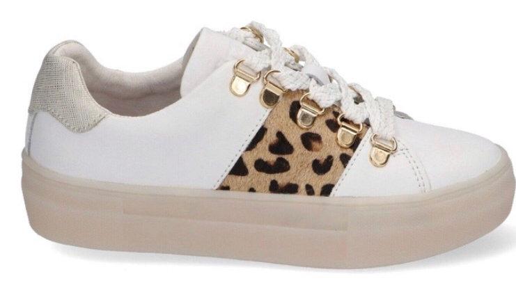 Ecrukleurige sneakers met luipaardaccent en dikkere beige zool
