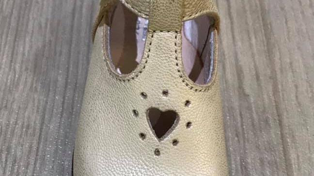 Halfopen platinum klassiek schoentje met gespje en uitgesneden hartje