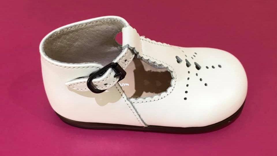 Halfopen wit klassiek schoentje met gespje