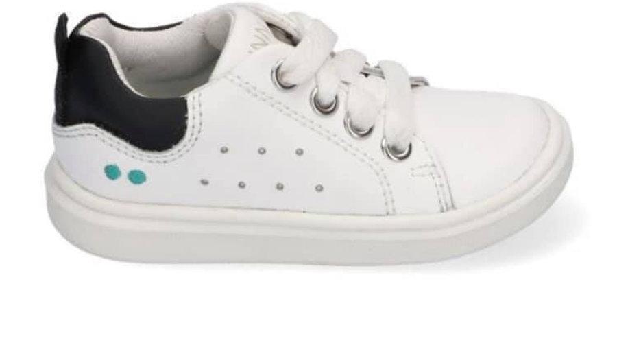 Witte sneaker met dikkere zool en zwart hieltje
