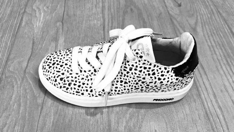 Witte sneaker zwarte giraffevlekken