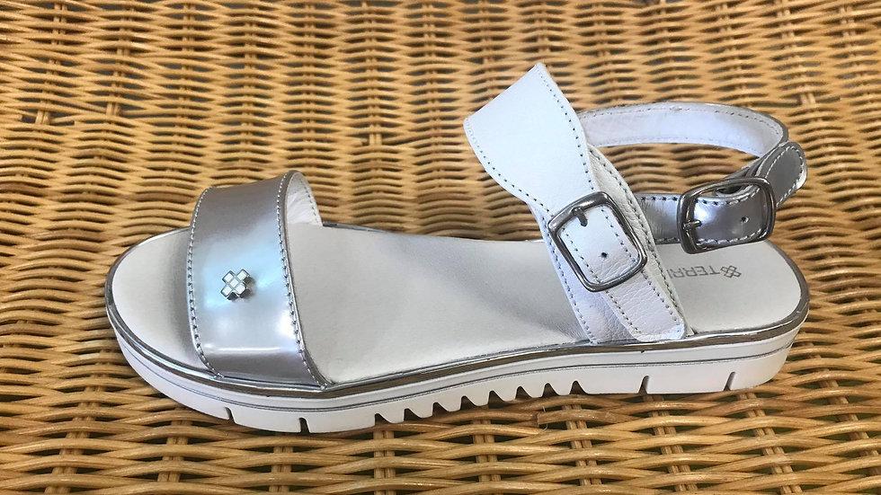 Zilverkleurige sandaal in combinatie met wit