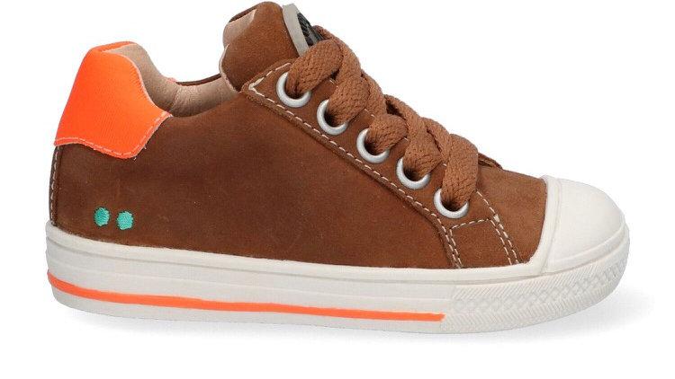 Cognackleurige vetersneaker met beschermtop en oranje accenten