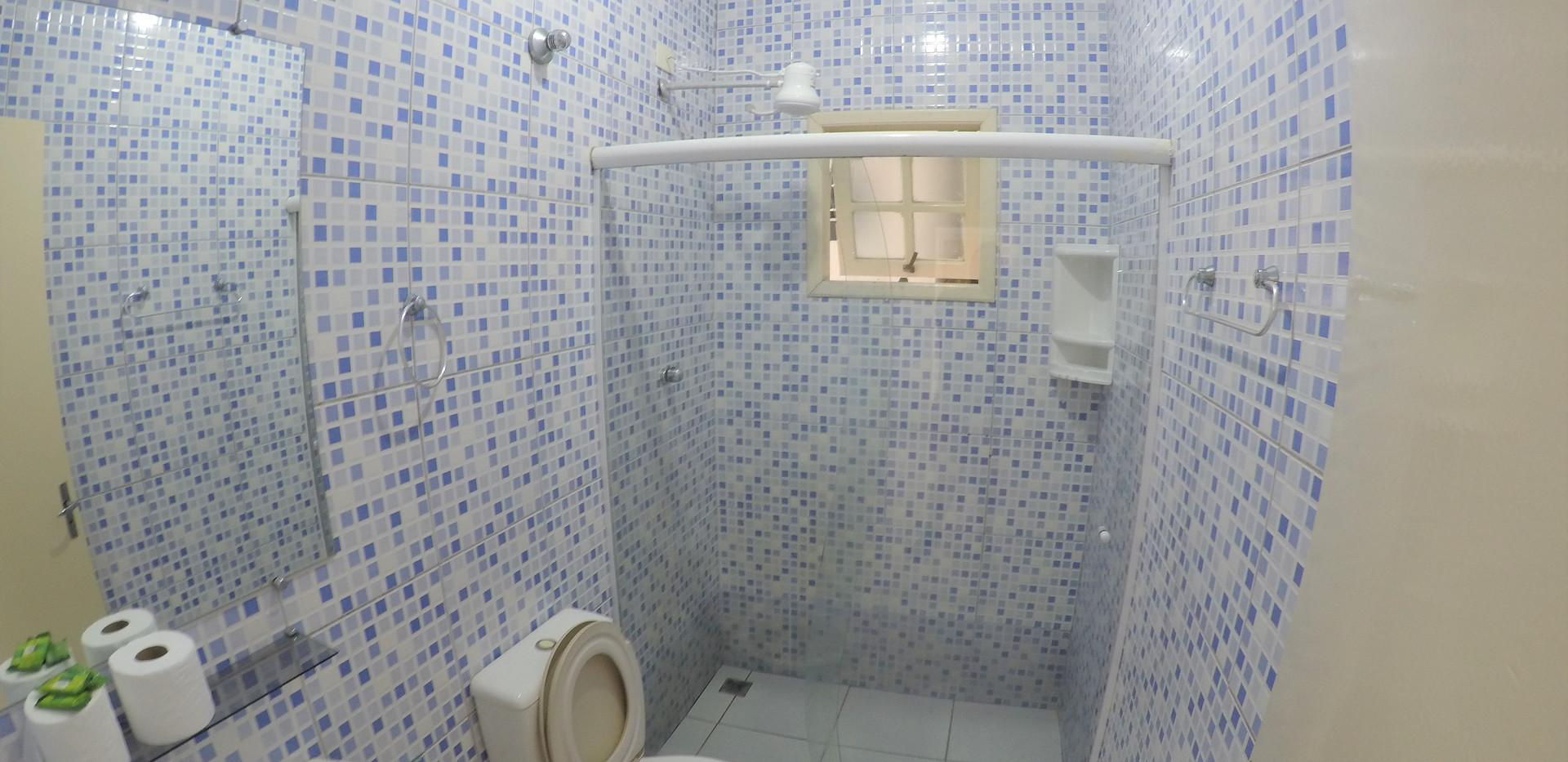 suite 04 wc.JPG
