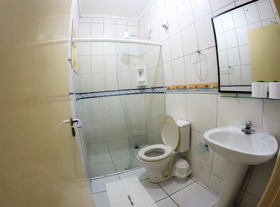 suite 03 wc.JPG