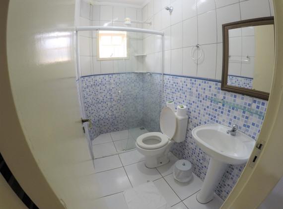 suite 05 wc.JPG