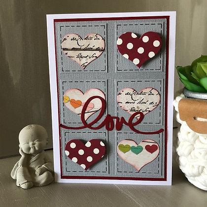 Carte ''Love'' avec petits carrés et coeurs
