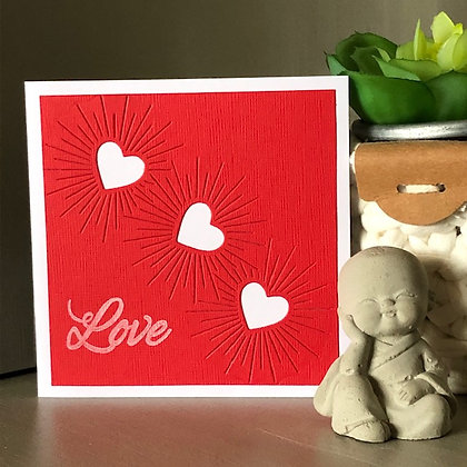 Petite carte ''Love'' avec 3 coeurs blancs