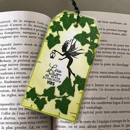 Marque page ''Lire est le moyen de vivre plusieurs vies'' dans les tons verts