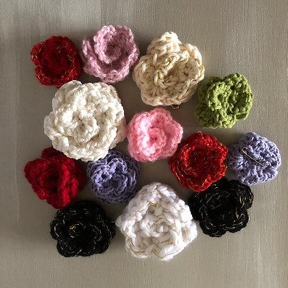 Petites fleurs en coton avec épingle à nourrice
