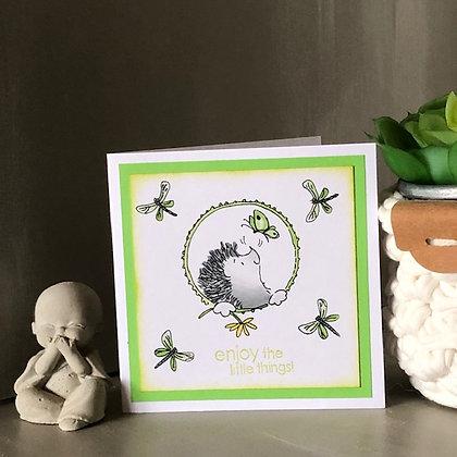 Petite carte ''Enjoy the little things'' avec hérisson, dans les tons verts