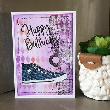 Carte ''Happy Birthday'' avec baskets style Convers avec fonds losanges