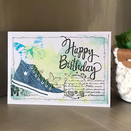 Carte ''Happy Birthday'' avec baskets style Convers et fonds papillons
