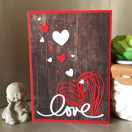 Carte rouge ''Love'' avec coeurs