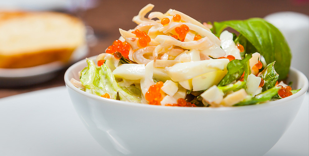 Салат из зелени и кальмаров с красной икрой