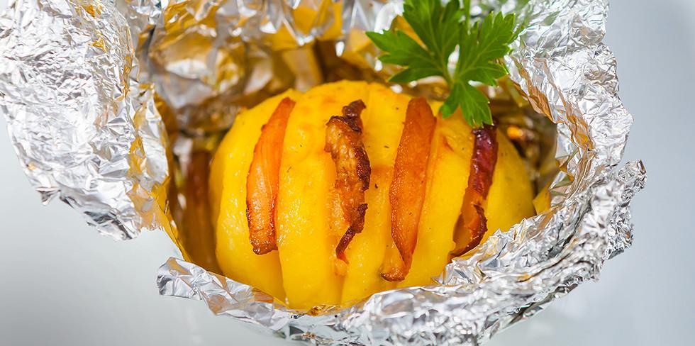 Картофель, фаршированный беконом и запечённый в фольге.