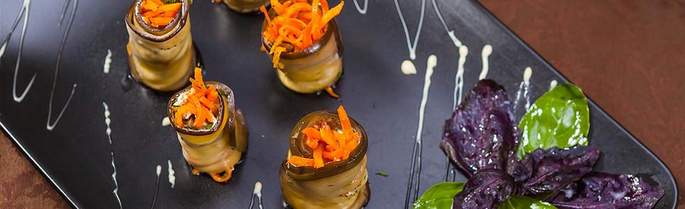 Рулетики из баклажанов. фаршированные морковью «по-корейски» и мягким сыром. Отличная закуска для Вашего фуршета.