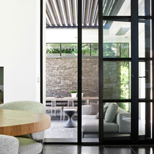 Moderne aanbouw met buitenruimte