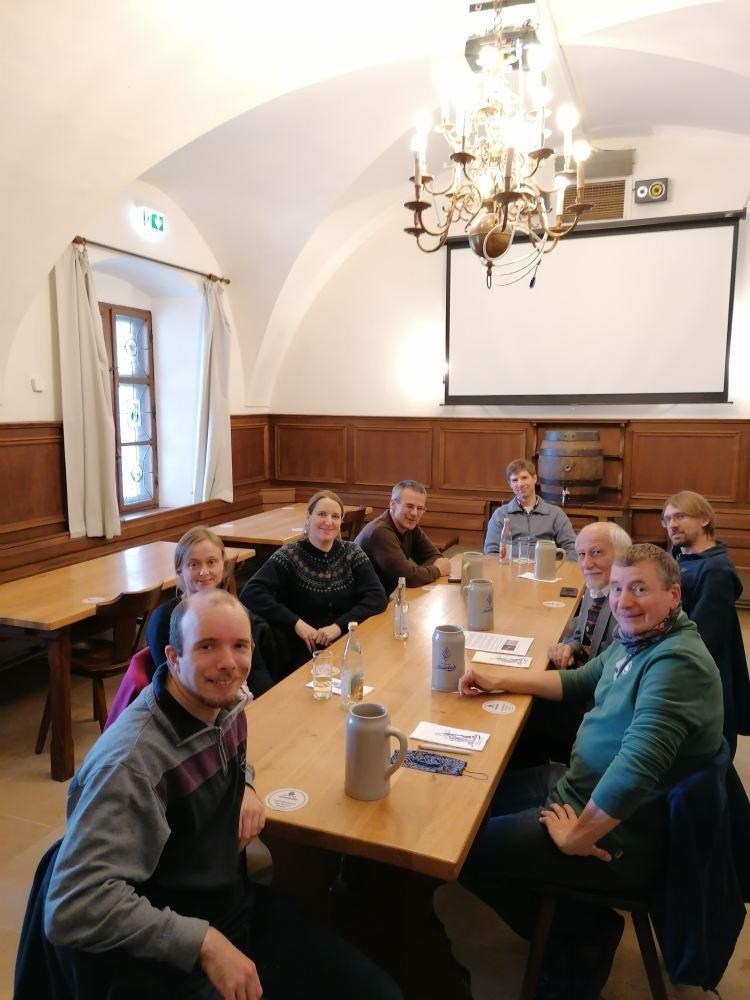 Die Teilnehmer des Kurses sitzen am Mittagstisch.
