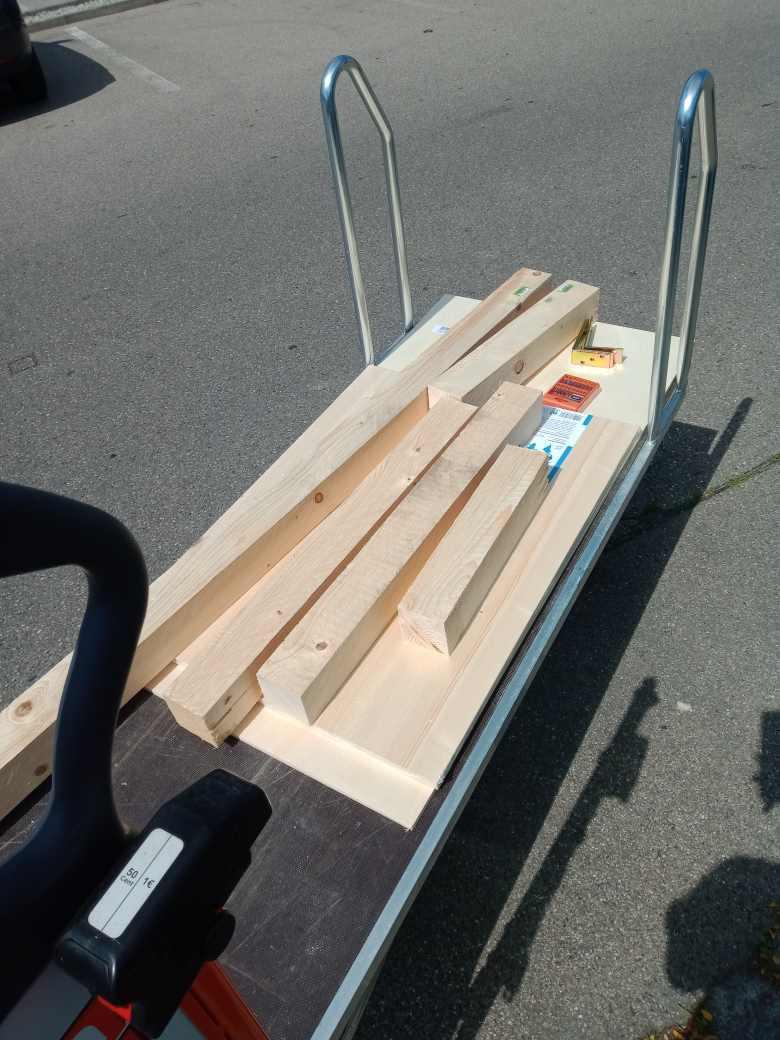 Ein Bauhaus-Wagen mit Holzbalken darauf.