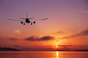 vliegtuig-die-over-tropische-overzees-bi