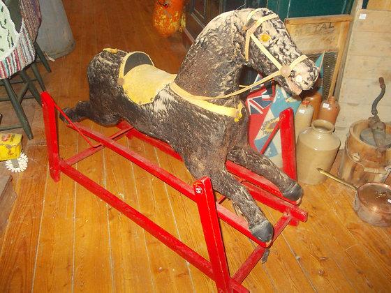 6096 Magnifique cheval en bois a bascule