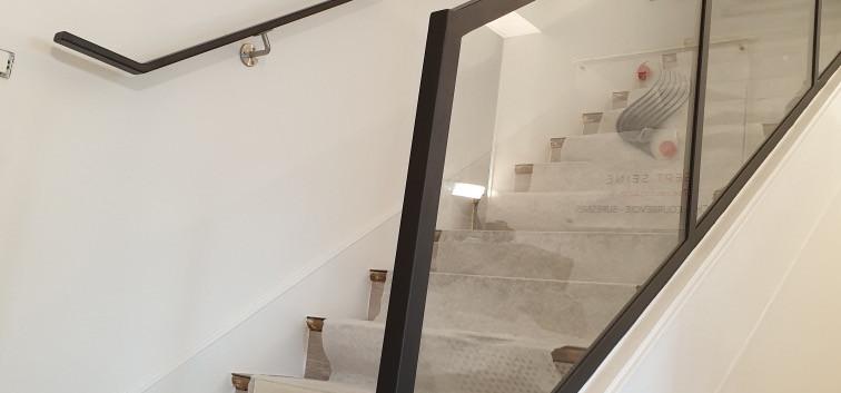 Rambarde noir et escaliers noir