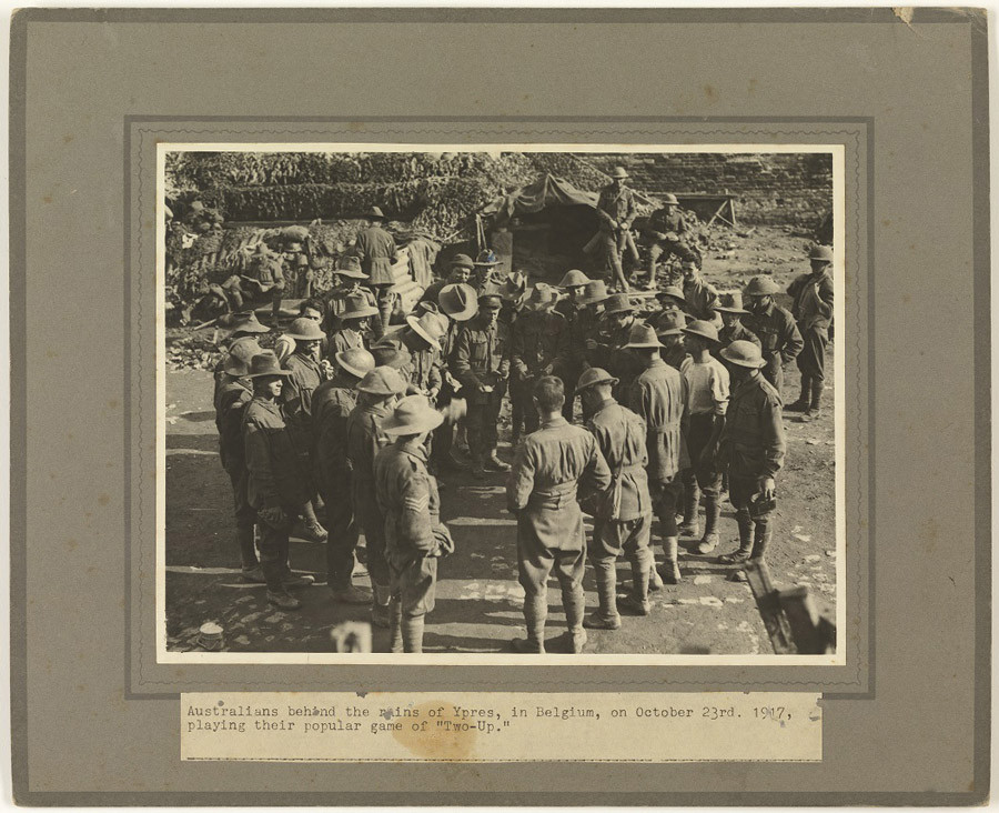 Australiens jouant au Two Up en 1917 (Anzac Day)