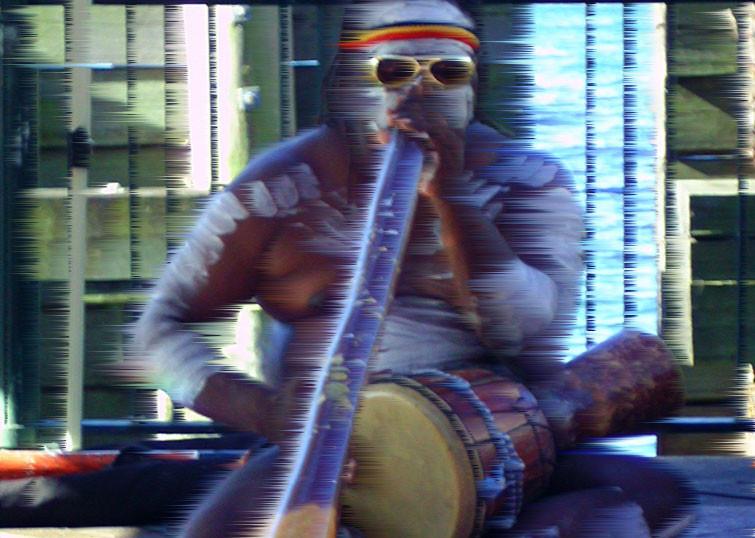 Aborigène qui joue du didgeridoo à Sydney en Australie