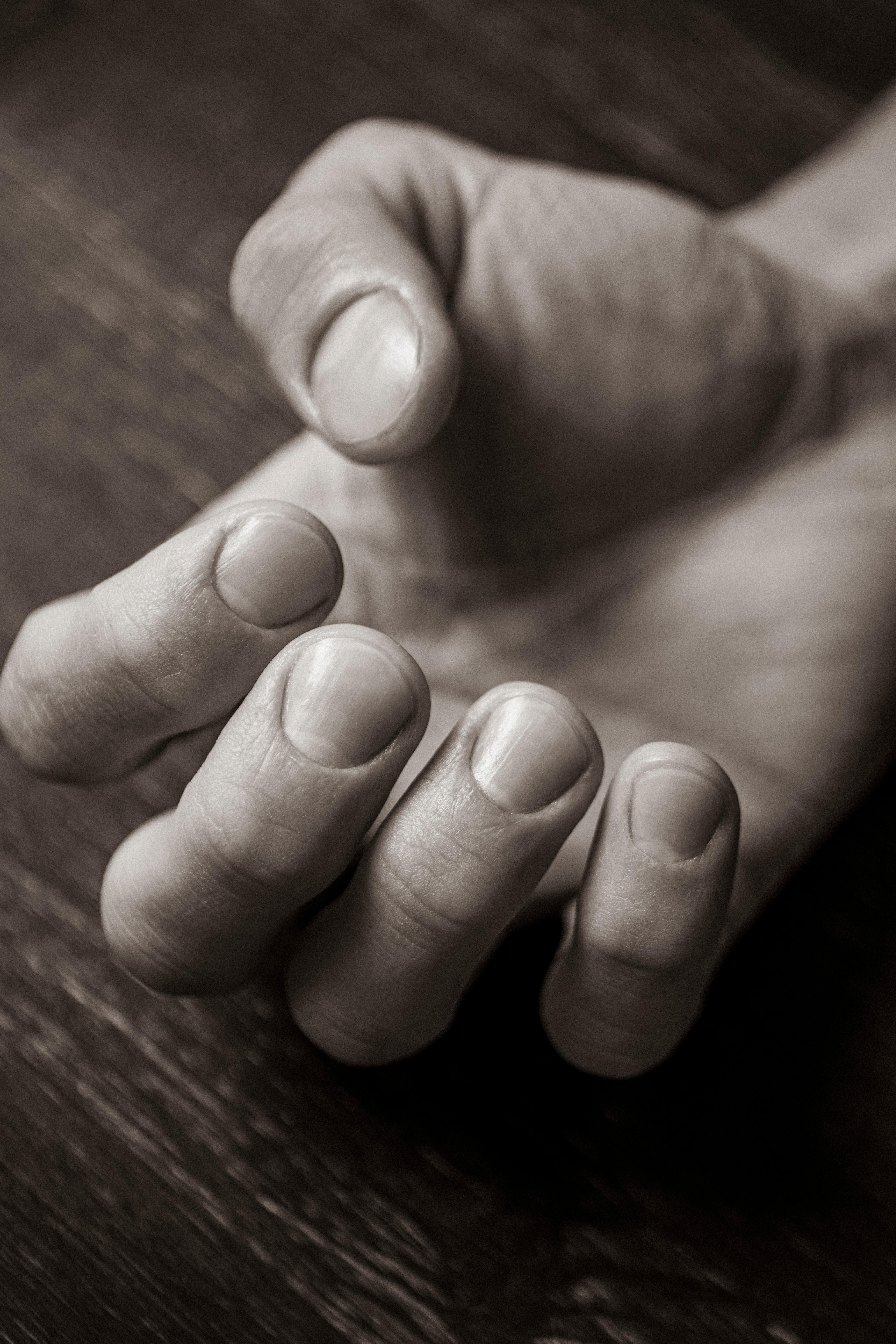 Массаж рук с кремом