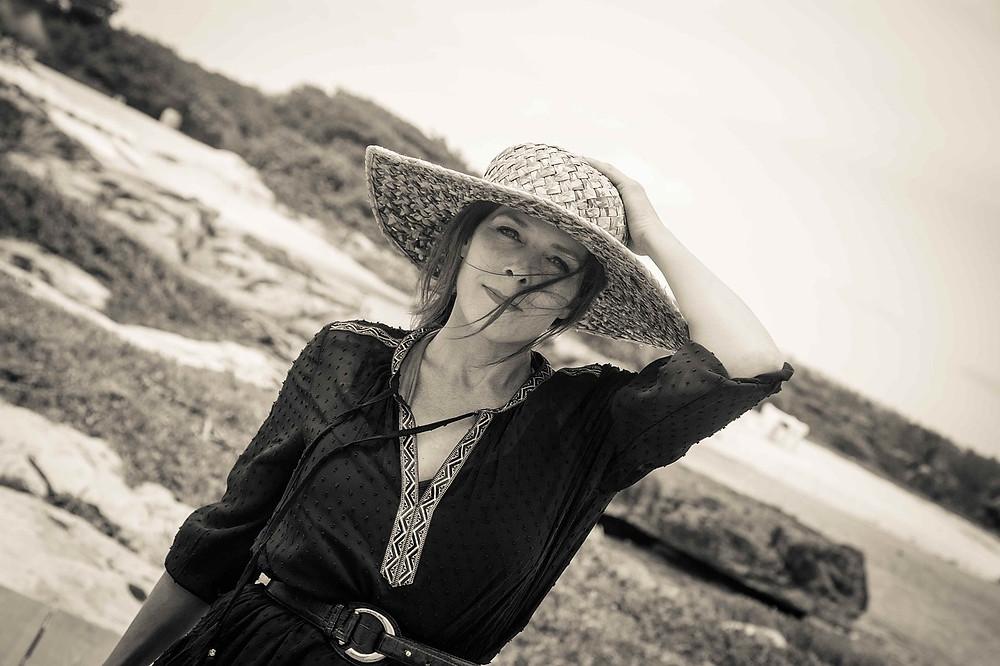 boda en la playa; mujer con sombrero de paja