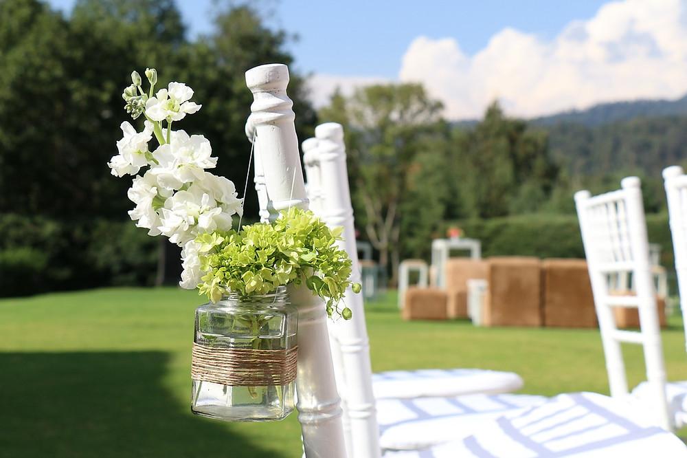 boda en el jardín; decoración de sillas